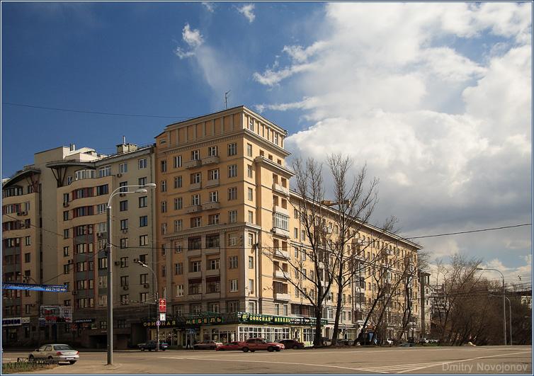 Здание : Небольшая местная площадь и Здание, что над ней доминирует (Фотограф Дмитрий Новоженов)