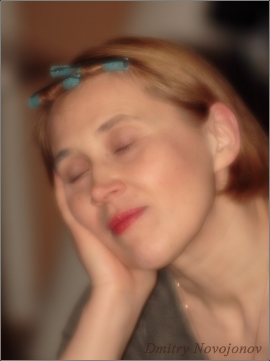 Вечер пятницы : Вечер дня, вечер недели, она устала, хоть на минутку расслабиться (Фотограф Дмитрий Новоженов)