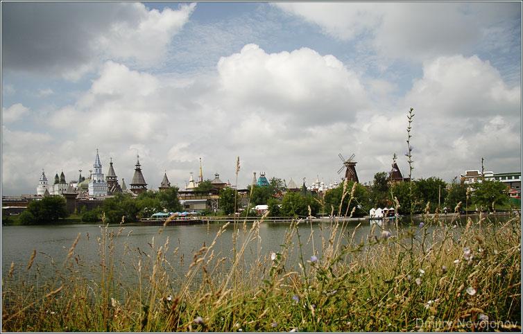 Под небом голубым : Где этот город, смогу-ли я переправиться через реку?.. (Фотограф Дмитрий Новоженов)