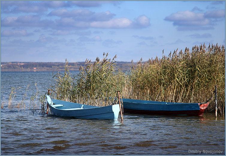 Осень : Осень, лодки на приколе до весны. Все может подождать. Все ждет. (Фотограф Дмитрий Новоженов)